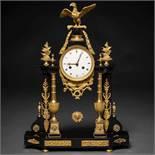 Reloj de sobremesa francés época Louis XVI en bronce dorado y mármol negro. Trabajo francés, Siglo