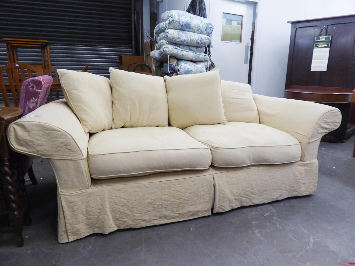 Lot 13 - GOOD QUALITY THREE SEATER SETTEE HAVING LOOSE CREAM PATTERNED COVERS AND FOUR THROW CUSHIONS