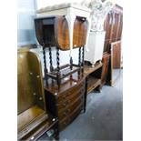 A REPRODUCTION MAHOGANY CHEST OF DRAWERS OF FOUR GRADUATED DRAWERS WITH PILASTER SIDES, AN OAK