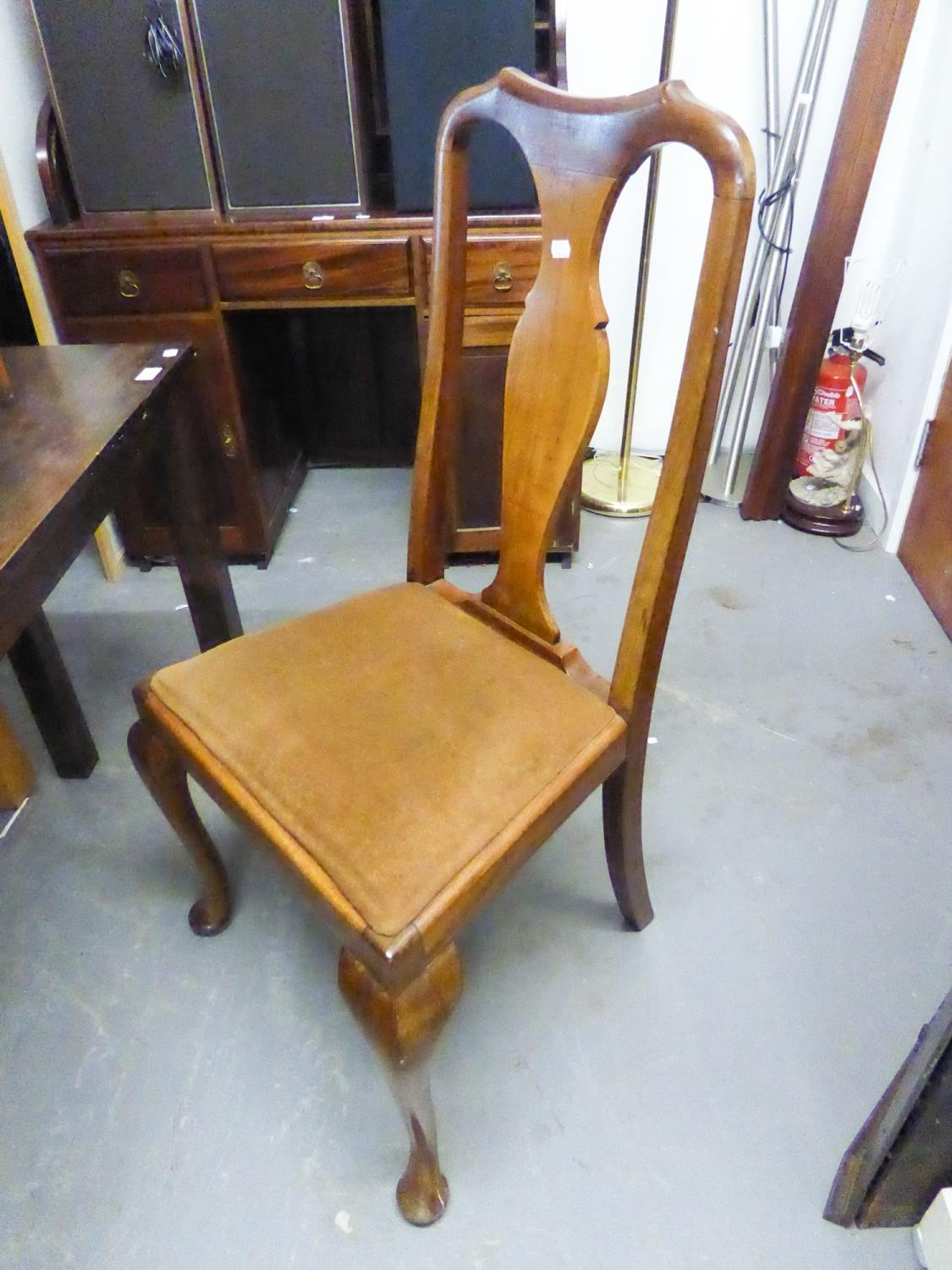 Lot 76 - AN EDWARDIAN MAHOGANY DINING CHAIR, HAVING A VASE SHAPED BACK, SPLAT OVER PAD DROP-IN SEAT ON