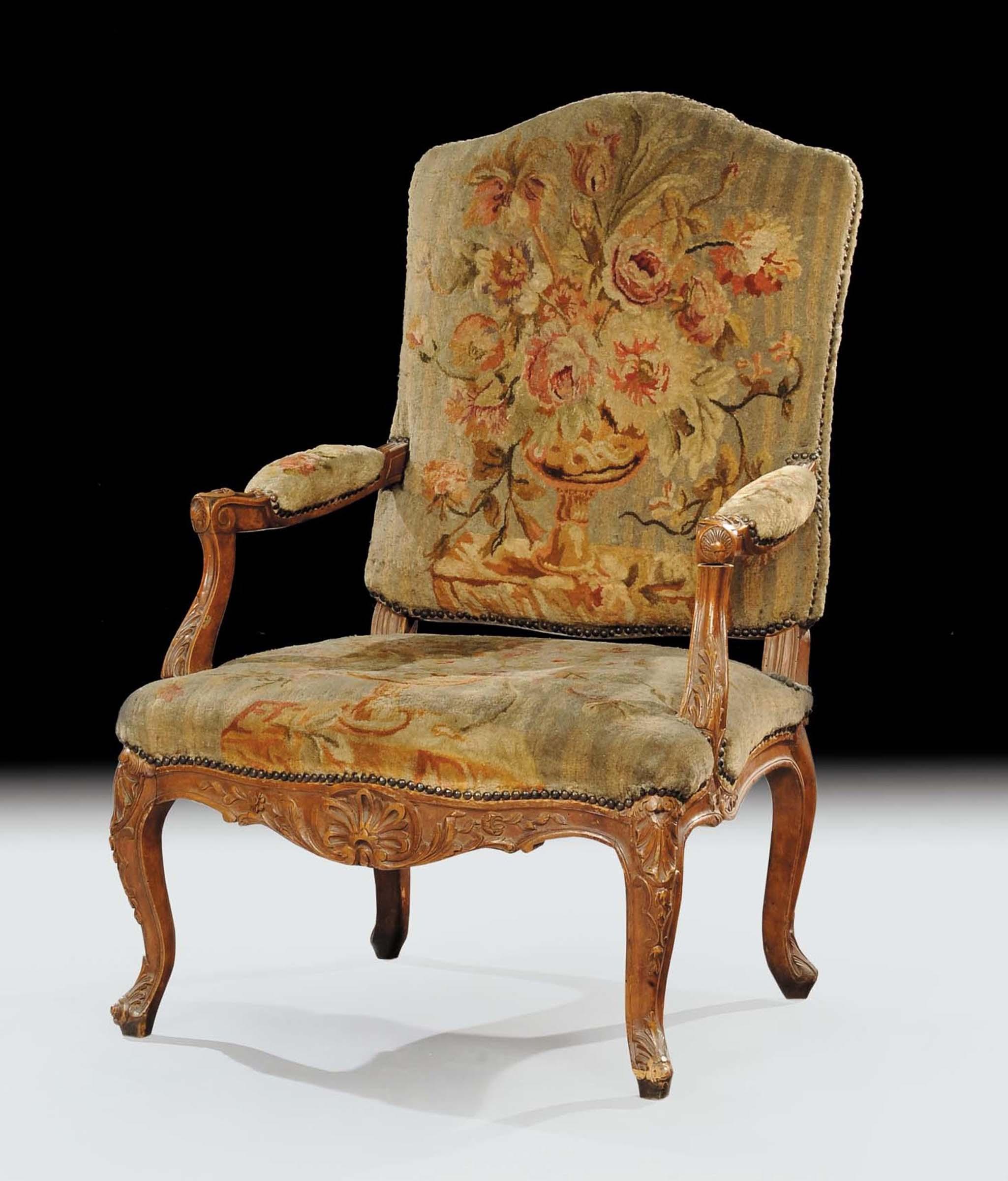 Poltrona Luigi XV in noce intagliato, Francia XVIII secolo, con ...