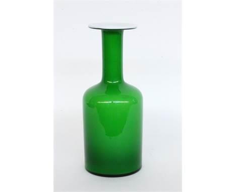 """OTTO BRAUER """"GULVASE""""  Holmegaard, Kastrup um 1960 Flaschenvase aus grünem Glas mit weißem Innenüberfang. Mit Firmenetikett"""