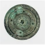 KREISRUNDER SPIEGELBronze. China, Östliche Han-Dynastie (25 - 220)Ein interessanter Bronzespiegel
