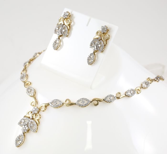 Lot 41 - IGI Certified 14 K / 585 Yellow Gold Diamond Necklace with Diamond Earrings