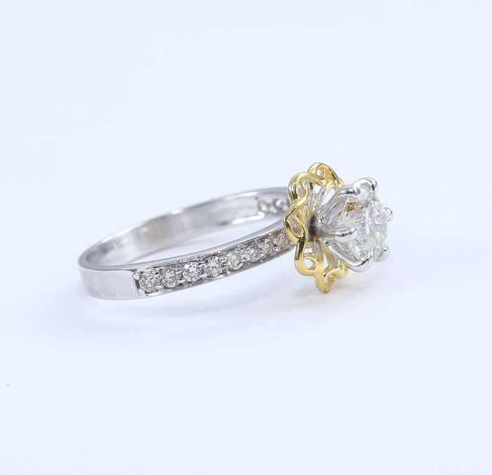 Lot 38 - 18 K / 750 White & Yellow Gold Solitaire Diamond Ring with side Diamonds