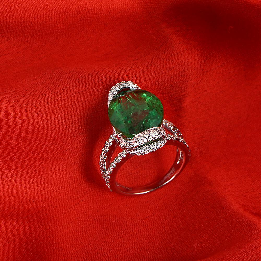 Lot 49 - 14 K / 585 White Gold Tsavorite Garnet & Diamond Ring