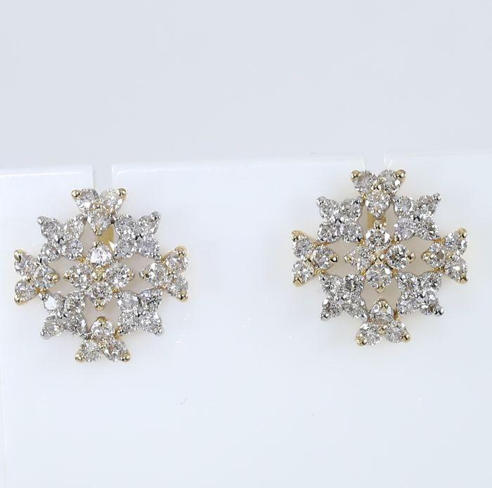 Lot 50 - IGI Certified 18 K / 750 Yellow Gold Diamond Earrings