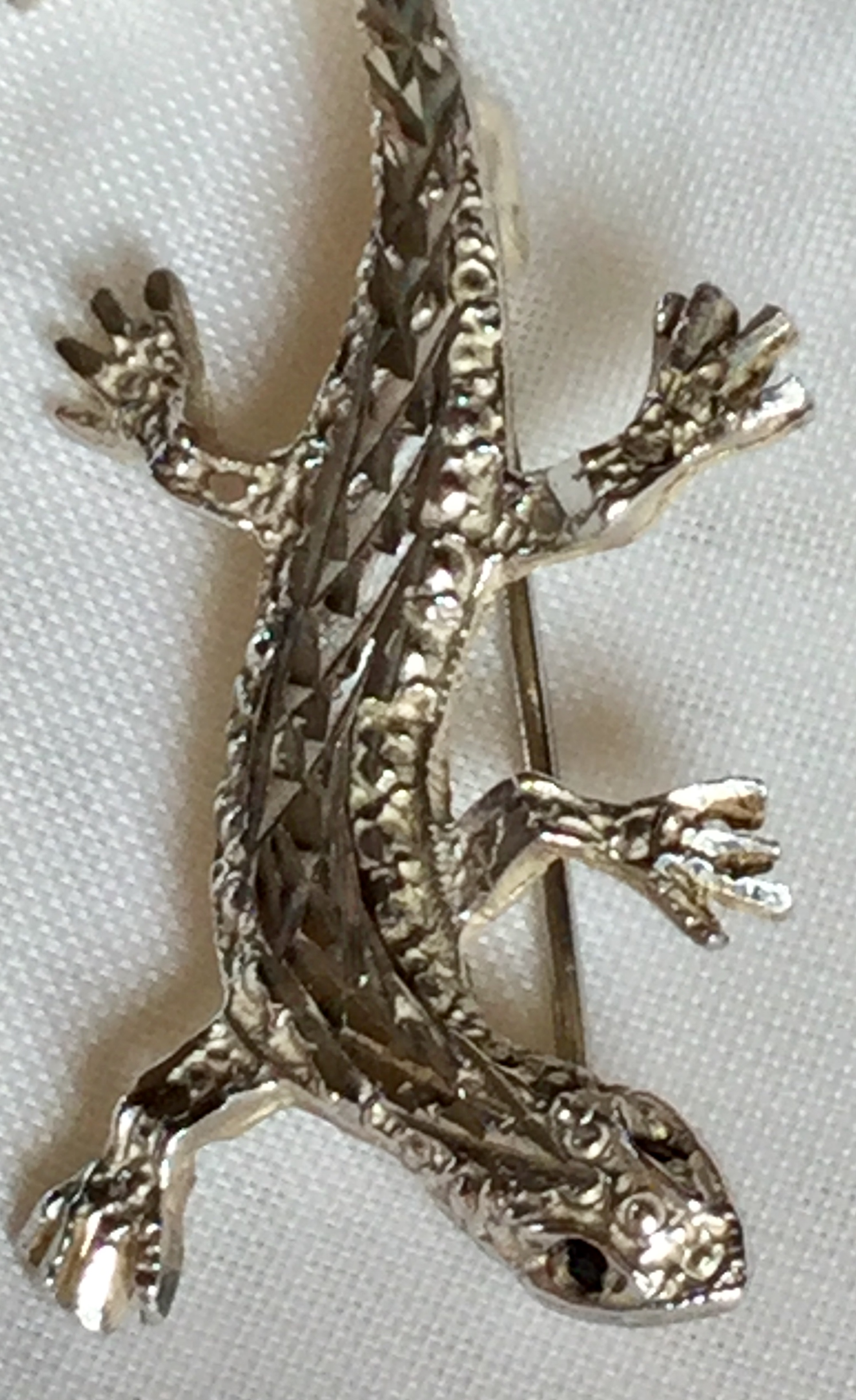 Lot 31 - Silver Vintage Lizard Brooch with sparkly onyx eyes 4.10 grams