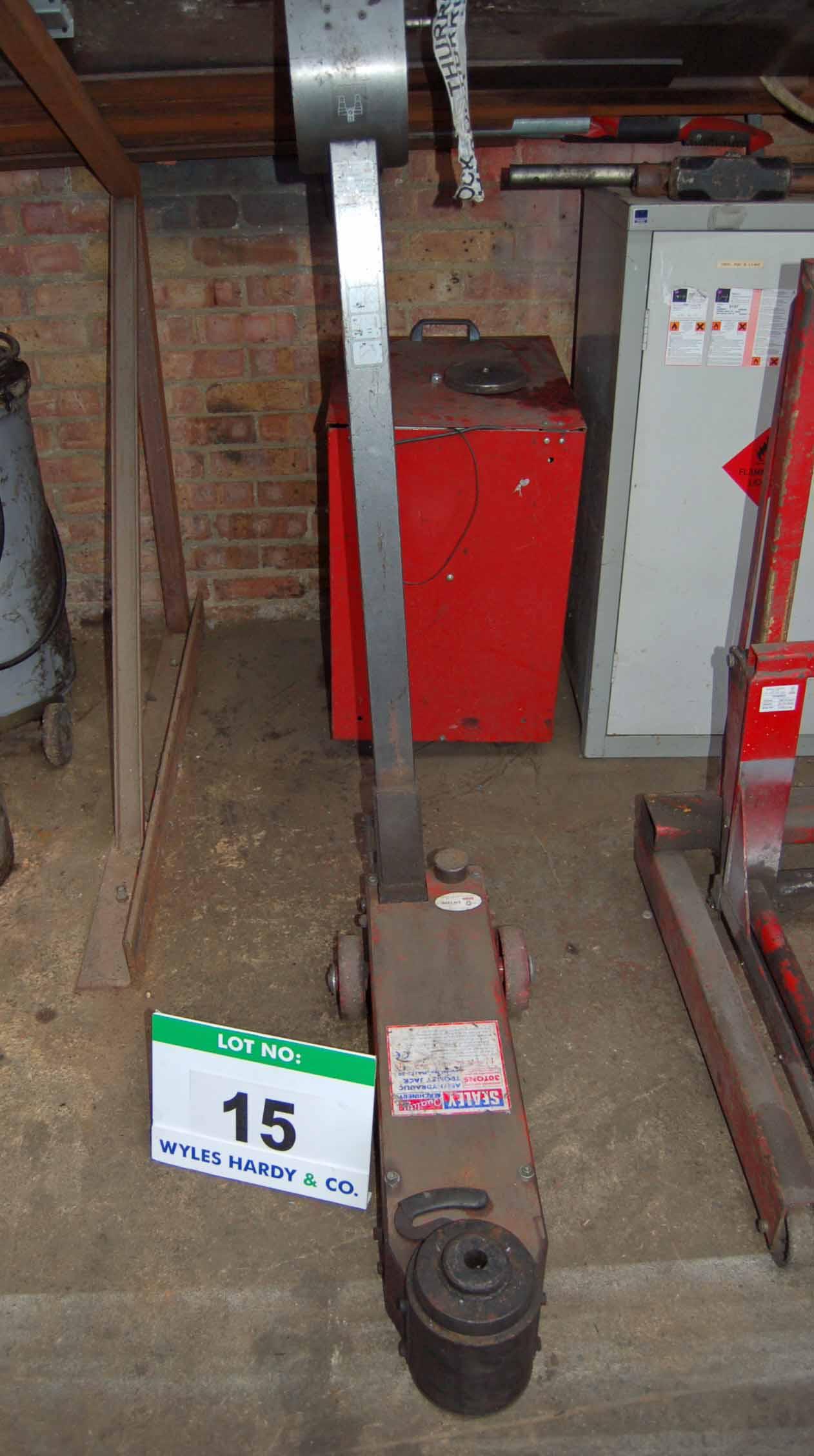 Lot 15 - A SEALEY MAJ15-30 30-Ton capacity Pneumatic-Hydraulic Mobile Trolley Jack