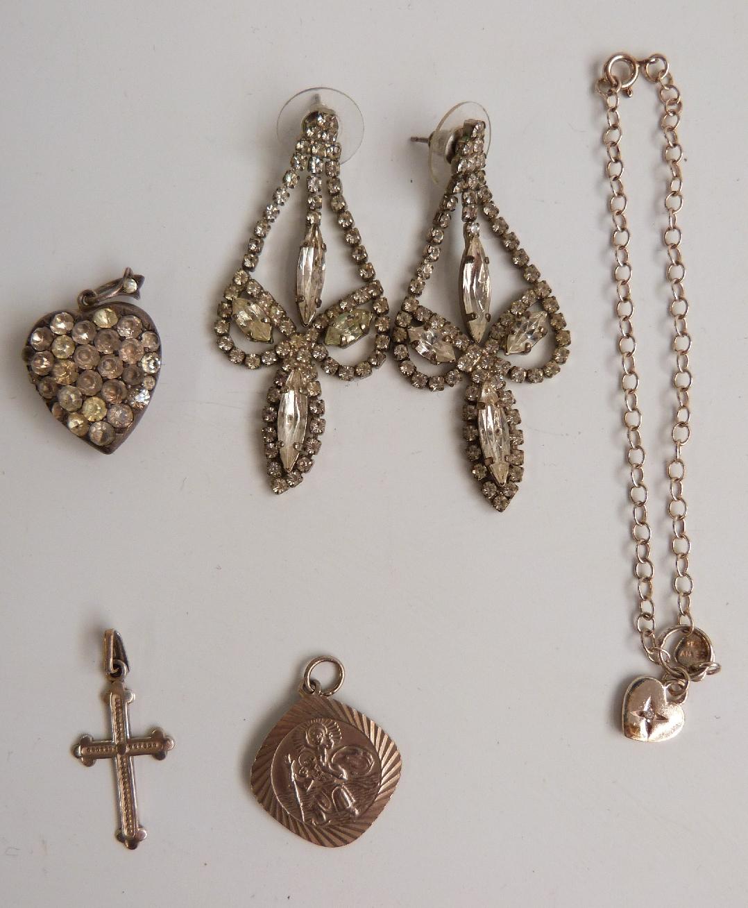 Lot 34 - A collection of costume jewellery including agate beads, diamanté earrings, De Farre bracelet,