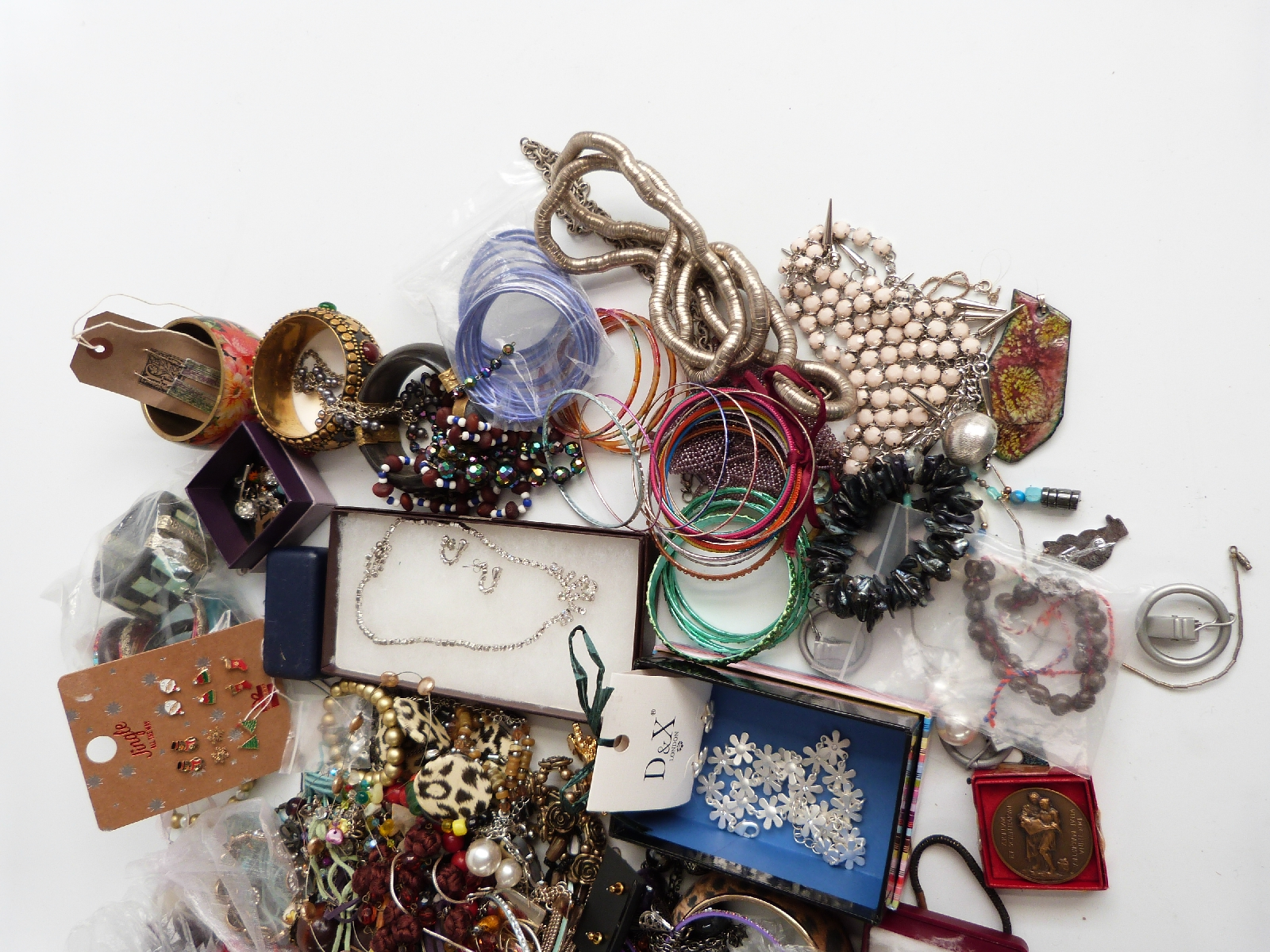 Lot 22 - A collection of jewellery including costume jewellery, silver earrings, glass pendant, agate