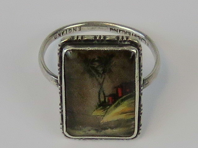 Lot 69 - A Sterling silver ring with inset glass