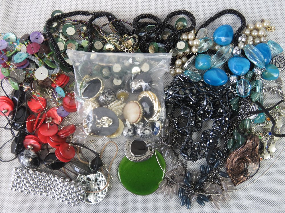 Lot 127 - A quantity of modern costume jewellery i