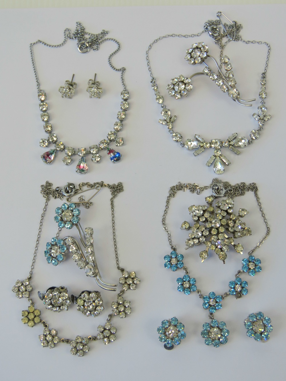 Lot 124 - A quantity of vintage costume jewellery