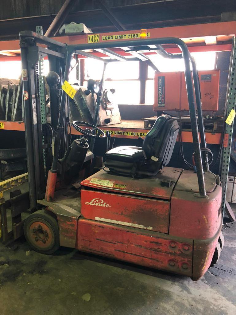 Lot 52 - LOT: Linde Model E15S Electric Fork Lift Truck S/N 324F03617316 with Charger