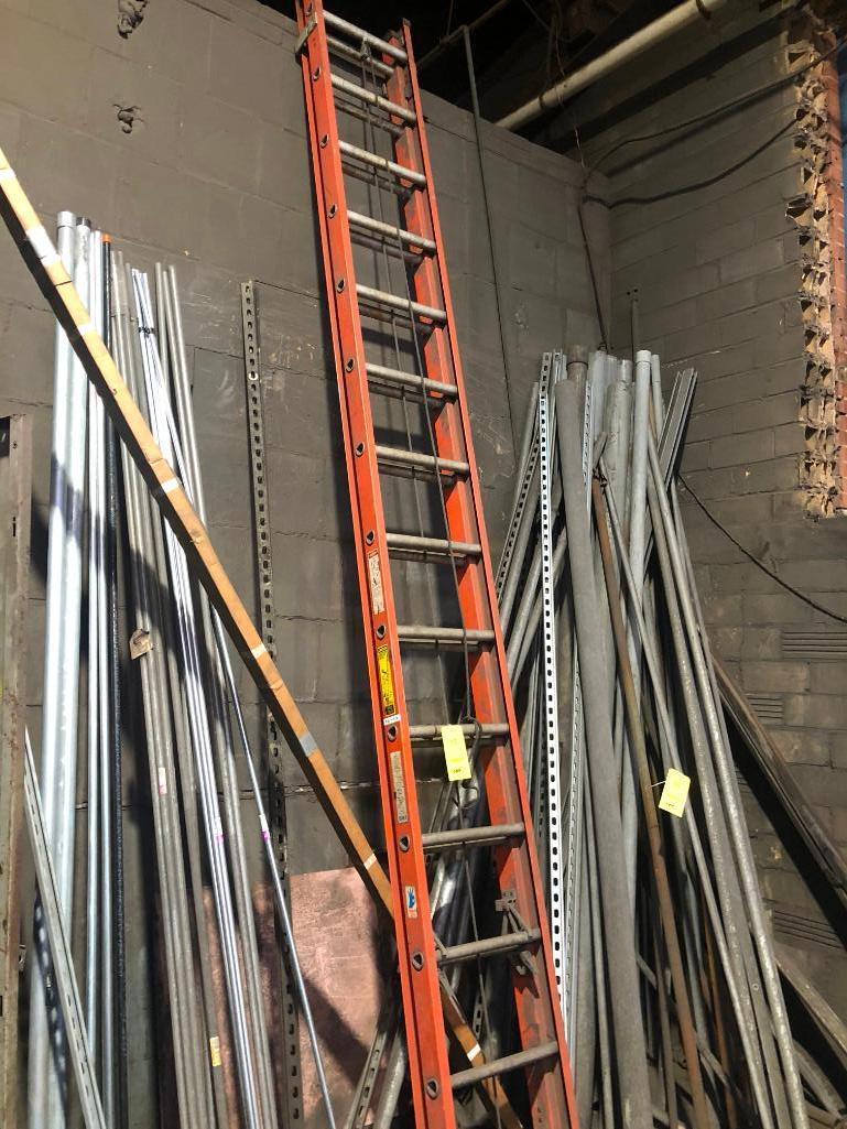 Lot 15 - 28 in. Fiberglass Extension Ladder