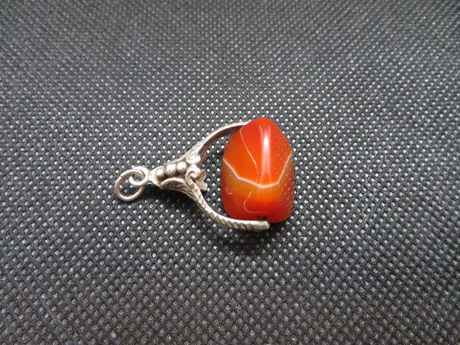 Lot 36 - Vintage silver spinner fob set with 3 sided agate stone 8g