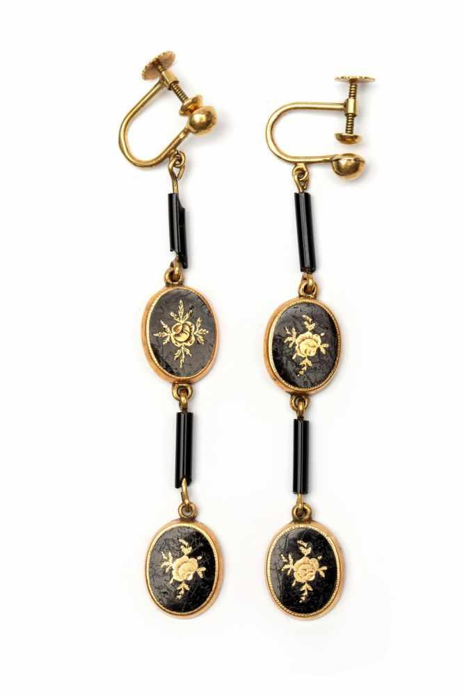 Lot 30 - Paar 14krt. gouden oorhangers, begin 20e eeuw,ieder bestaande uit twee ovale schakels, versierd