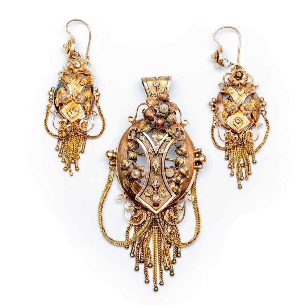 Lot 4 - 14krt. Driekleuren gouden broche tevens hanger en een paar bijpassende oorhangers, 19e eeuw,alle