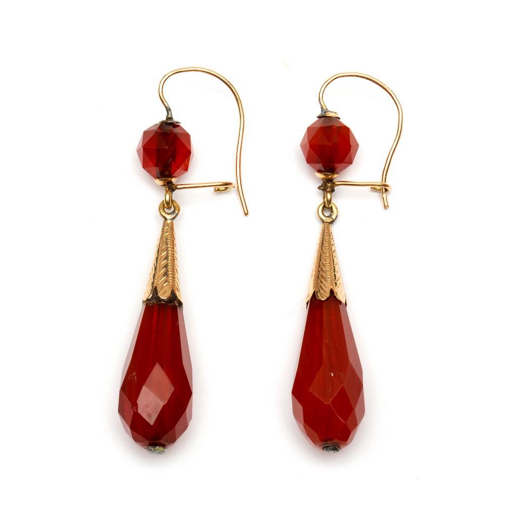 Lot 16 - Twee paar 14krt. gouden oorhangers, 19e eeuw,beide met pegels en gezet met bloedkoraal (defecten