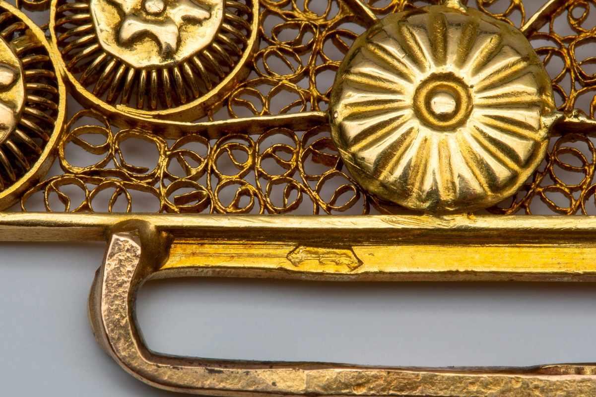 Lot 22 - Vijfrijig bloedkoralen collier, 19e eeuw,aan 18krt. gouden kraalhaak, Zuid-Beveland. Versierd met