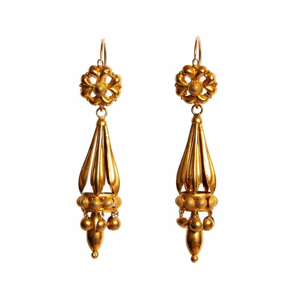 Lot 31 - Paar 18krt. gouden oorhangers, begin 20e eeuw,ieder bestaande uit een rozet, waaronder een