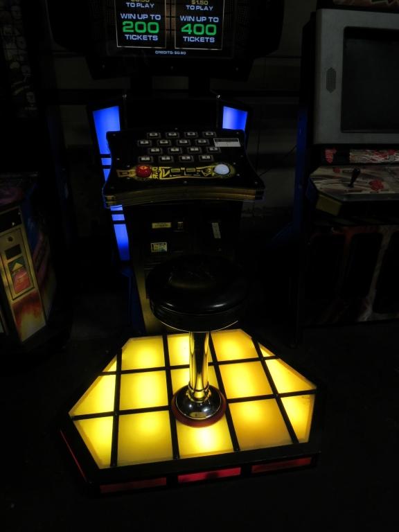 Lot 171 - DEAL OR NO DEAL DELUXE ARCADE GAME W/FLOOR