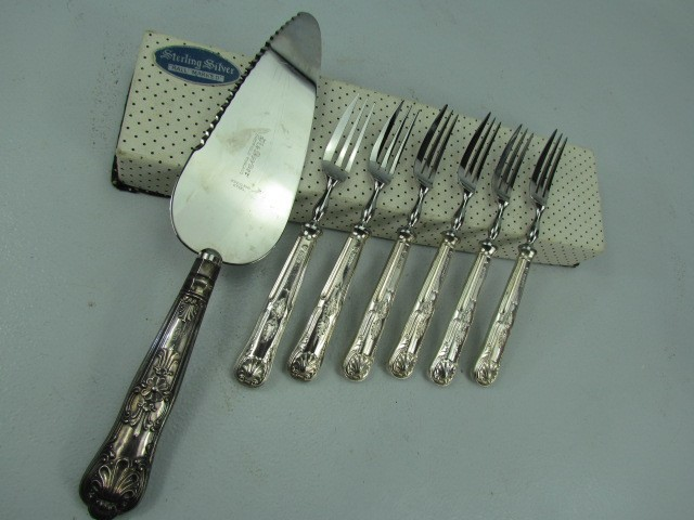 Lot 2 - Cased fish slice - Harrison Brothers, sheffield 1970. Along with a set of 6 fish forks Sheffield.
