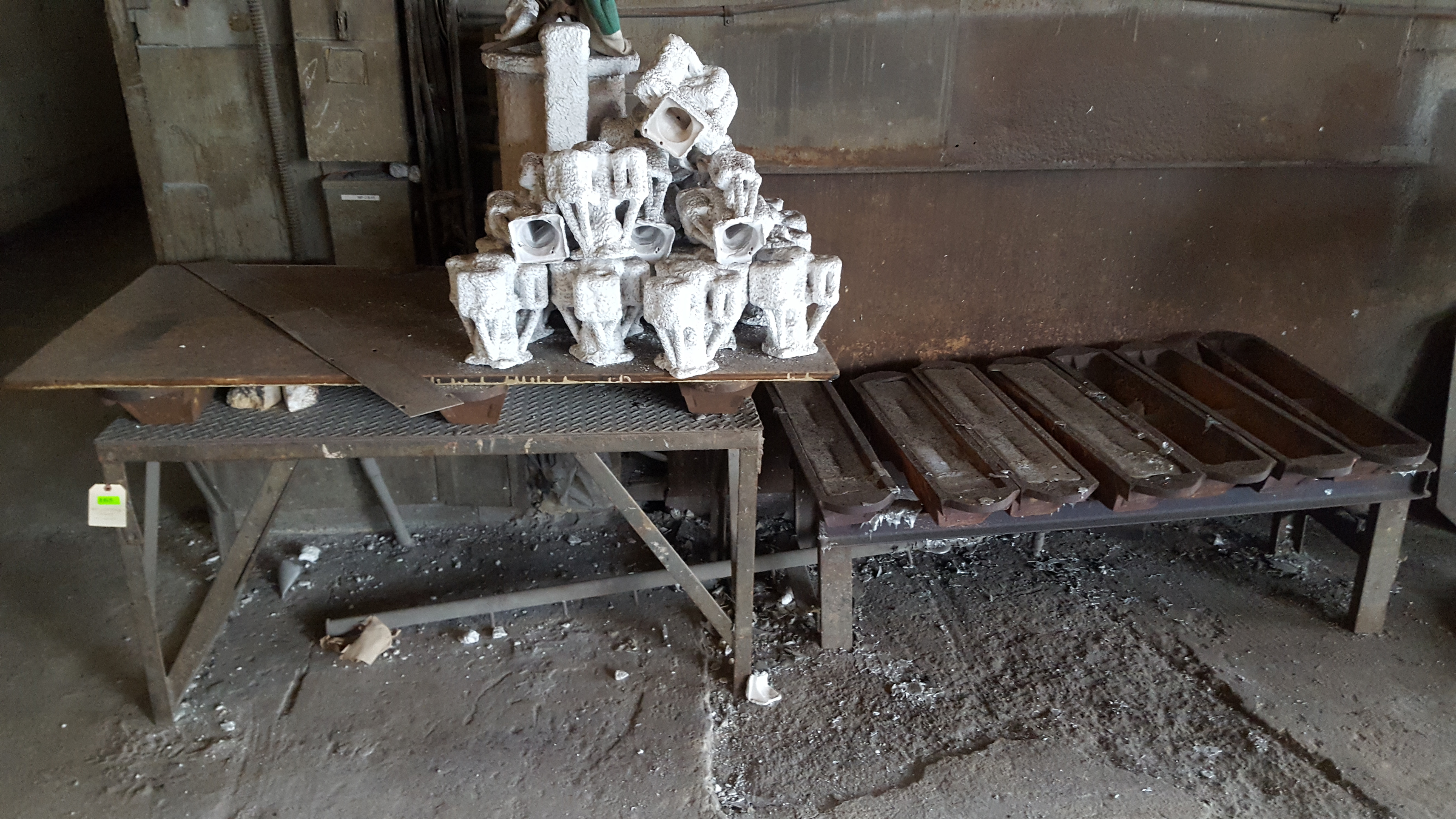 Lot 165 - TABLE AND MOLDS