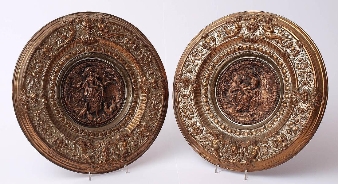 Los 7 - Zwei Wandteller, 19.Jhdt. Breite, reliefierte Fahne mit Putti und Blattwerk. Im Spiegel