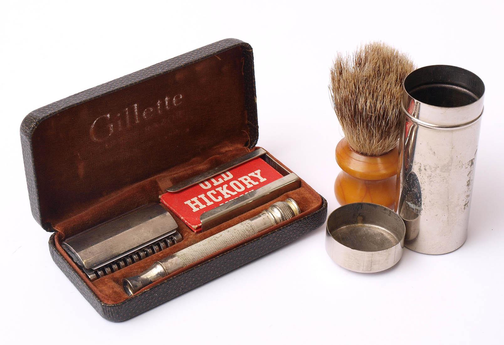 Los 5 - Konvolut Reise-Rasierzeug, Gillette, um 1900; dazu ein Reise-Rasierpinsel. In den originalen Dosen.
