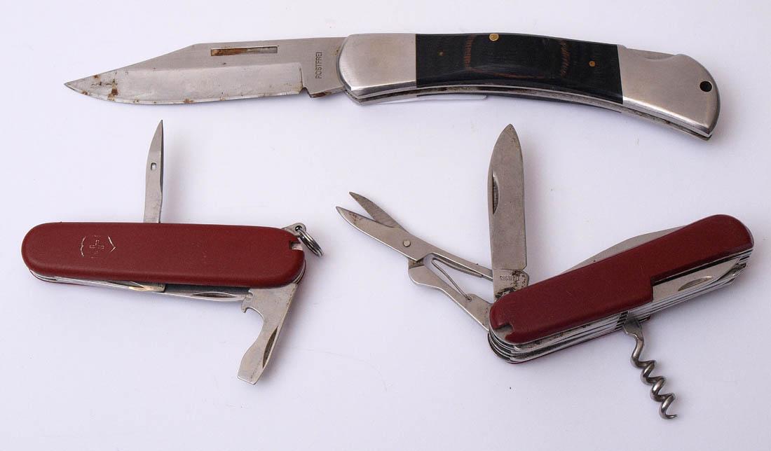 Los 30 - Drei div. Taschenmesser Zwei Schweizer Offiziersmesser, ein Messer mit Horngriff.