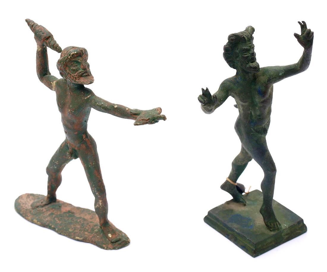 Los 25 - Zwei Museumsrepliken Unterschiedliche Götterfiguren. Bronze, grün patiniert. H.12,5 bzw. 15,
