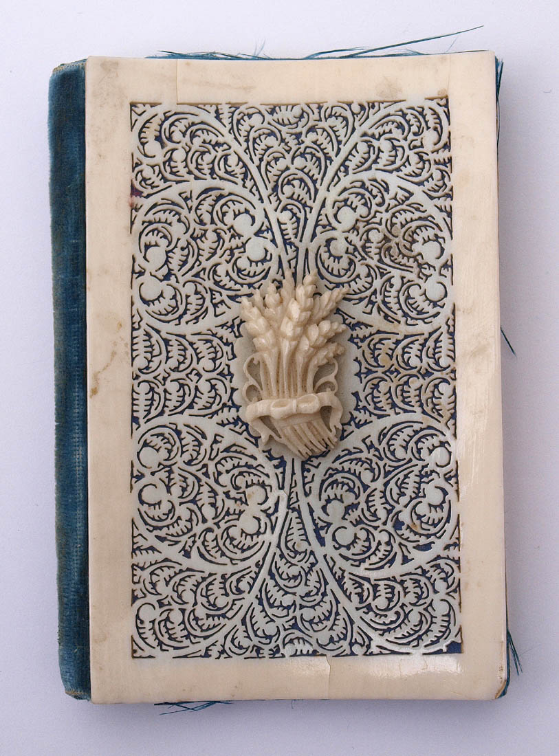 Los 22 - Einband, 19.Jhdt. Durchbrochen geschnitztes Elfenbein (?). 8,5x5,5cm.