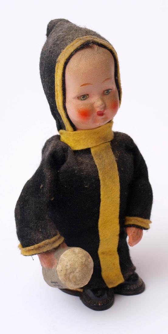Los 8 - Bewegungsfigur, um 1900 Münchener Kindl. Pappmaché und Stoff, farbig bemalt. H.17,5cm. Eine