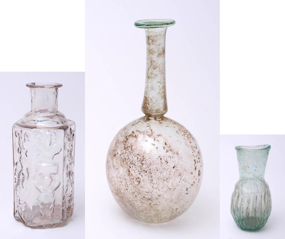 Los 56 - Drei Teile antikes Glas 1) Phiole (Kugelflasche), römisch, 3. Jhdt. n.Chr. Kugeliger Korpus mit