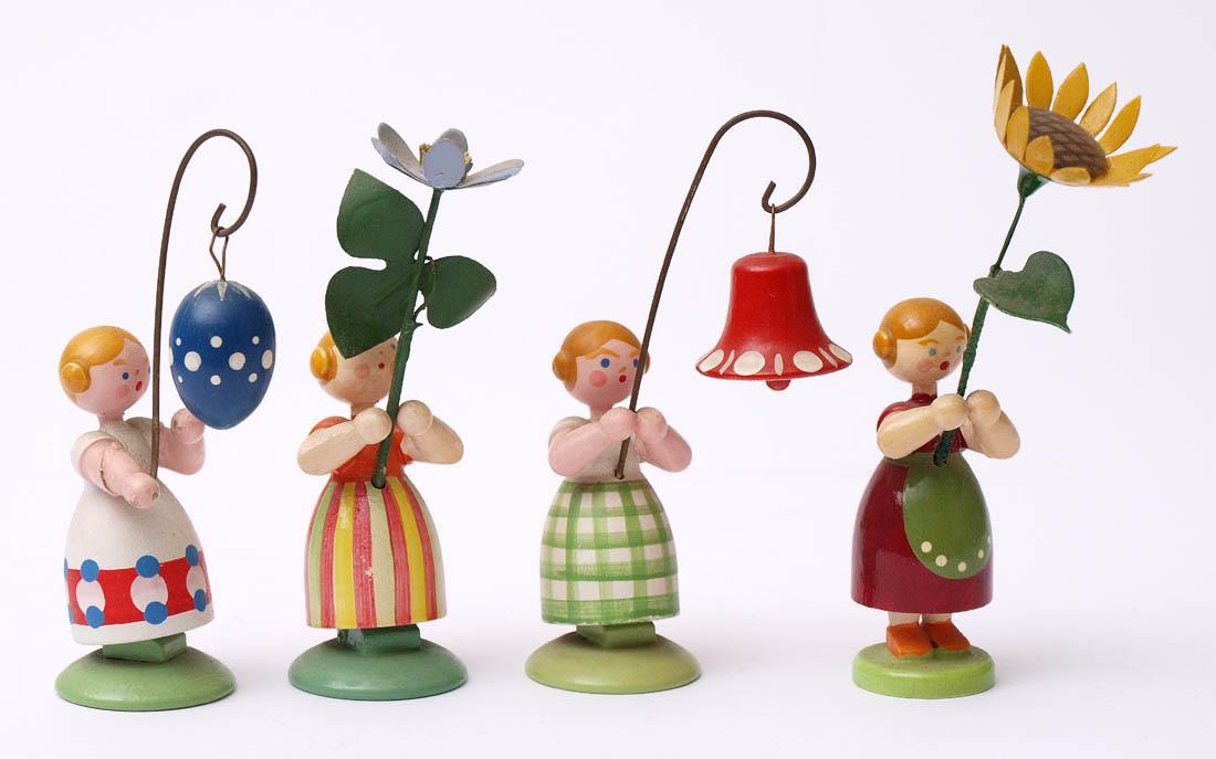 Los 37 - Vier Figuren, Erzgebirge Blumenmädchen. H.9cm.    Aufrufpreis: 40 EUR
