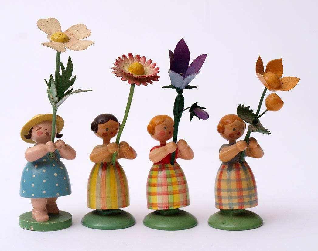 Los 38 - Vier Figuren, Erzgebirge Blumenmädchen. H.9-11cm.    Aufrufpreis: 40 EUR