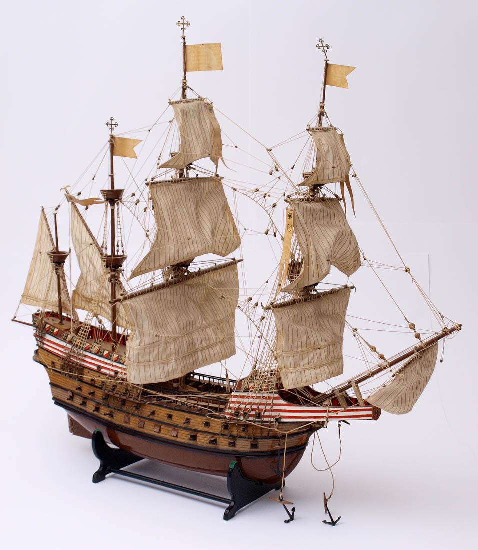 Los 19 - Modell eines Kriegsschiffes des 17.Jhdts. Mit drei Kanonendecks. Holz, Stoffbesegelung. L.83cm.
