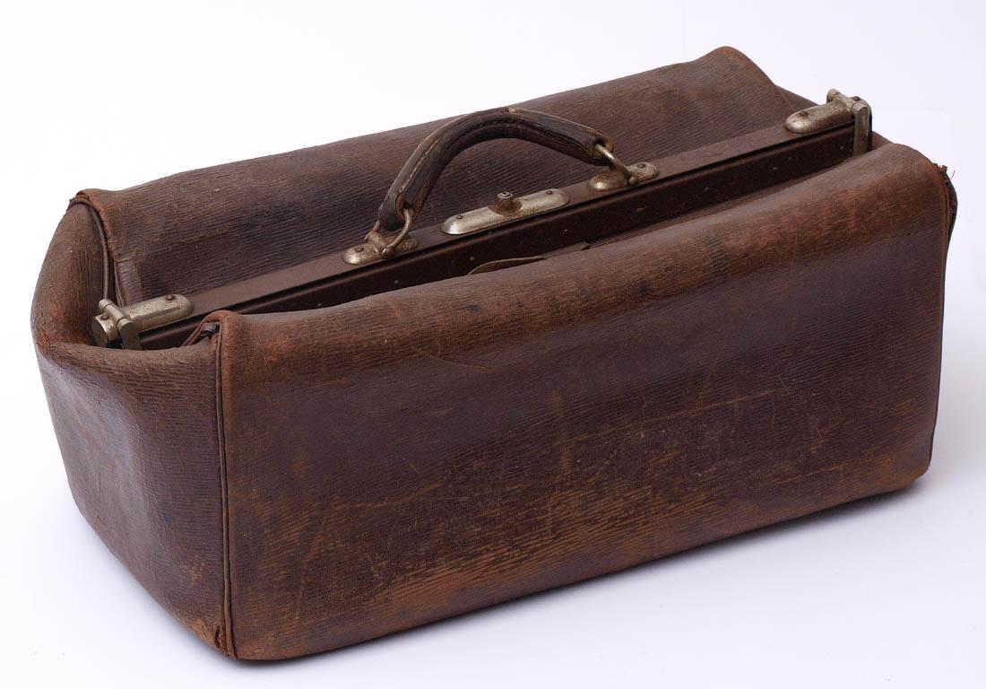 Los 34 - Reisetasche, um 1900 Leder, mit Klappbügel. L.50cm.    Aufrufpreis: 30 EUR
