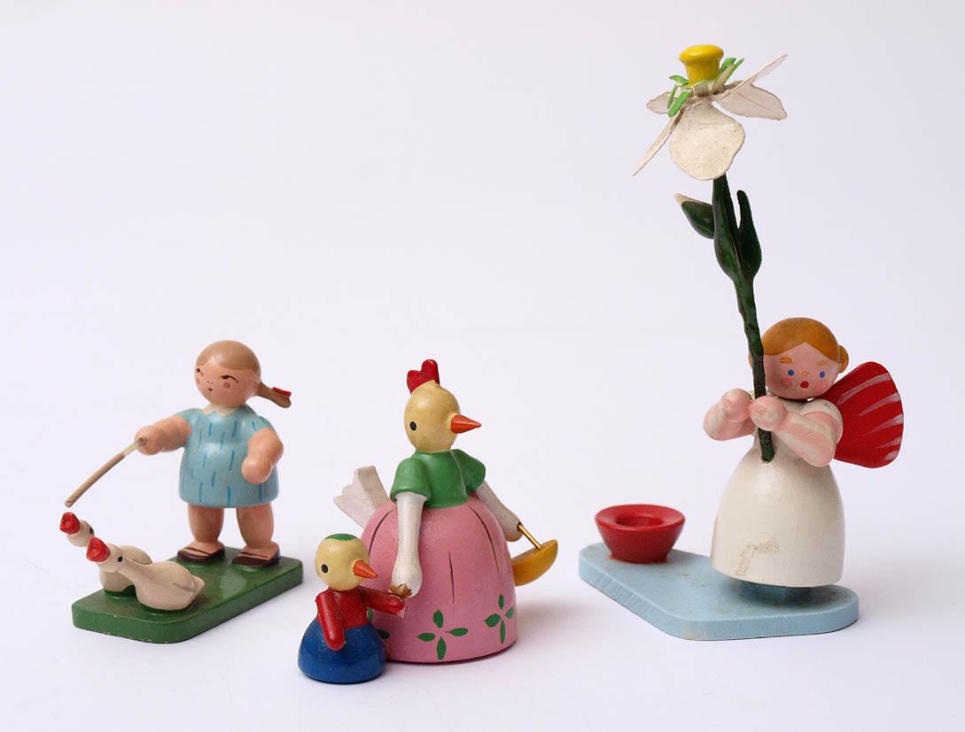 Los 40 - Drei Figuren, Erzgebirge Blumenmädchen, Gänseliesel und Frau Huhn. H.5-10cm.