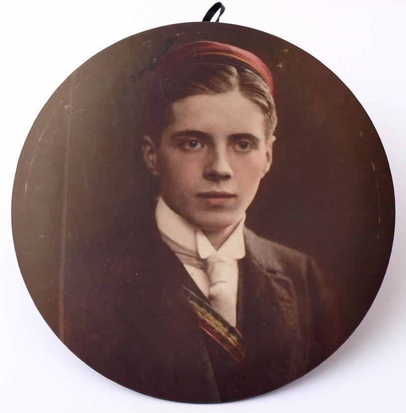 Los 50 - Brustbild eines Verbindungsstudenten, um 1910 Farbdruck auf Metall. Durchm.15cm.    Aufrufpreis: