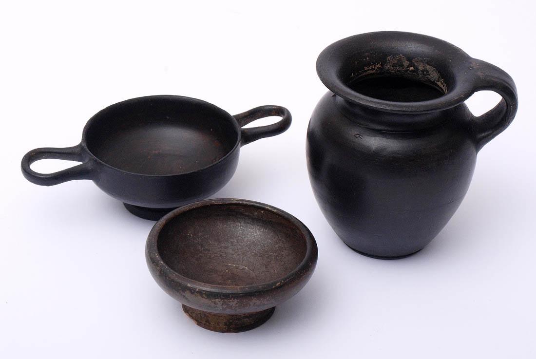 Los 60 - Drei Gefäße aus Gnathia-Keramik, Apulien, 4.Jhdt. v.Chr. Henkelschale (Durchm.13cm, sehr guter