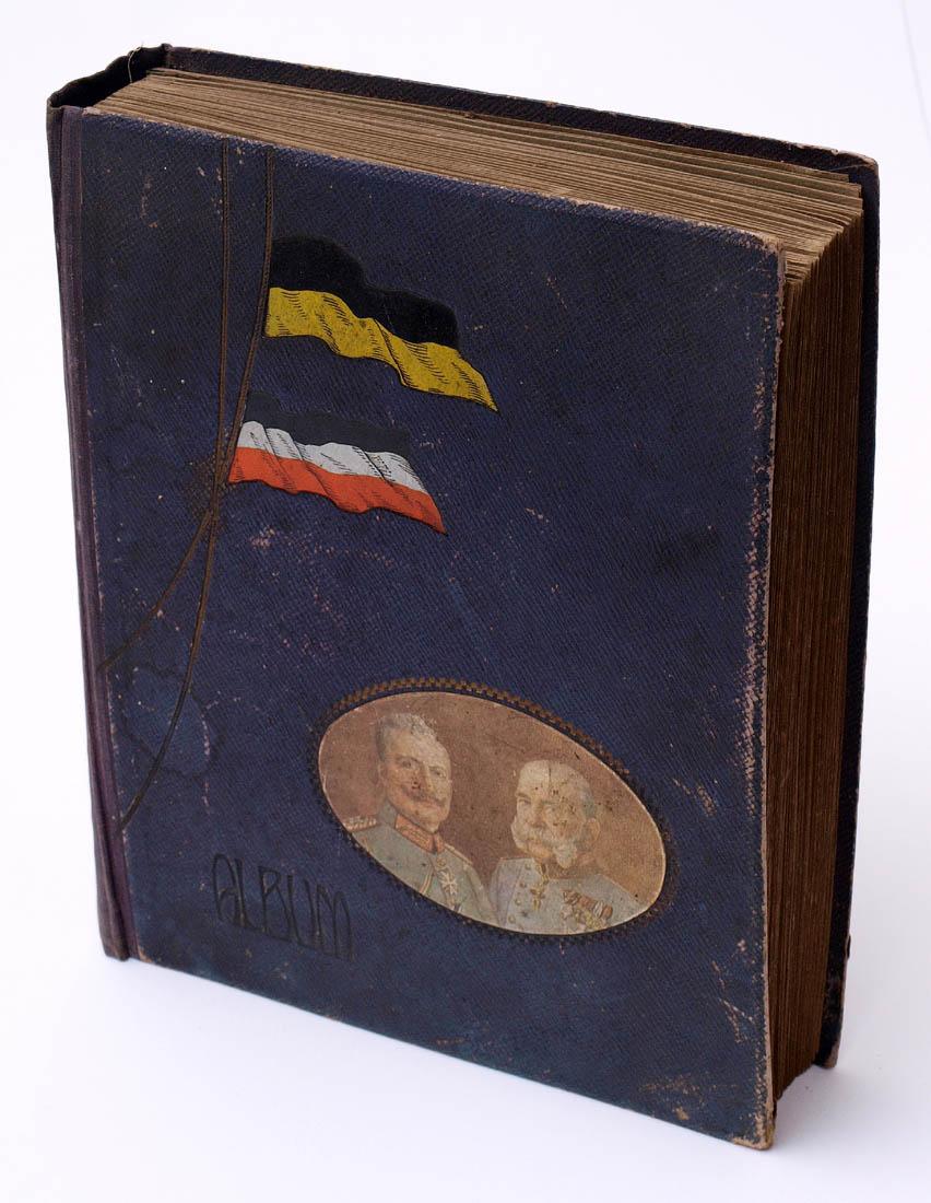 Los 46 - Postkartenalbum, um 1910 Geprägter Einband mit Kaiserflagge und zwei Kaiserbildnissen. Darin ca. 191