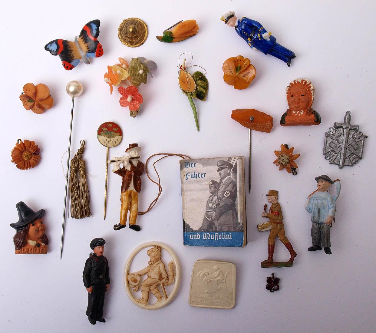 Los 51 - Konvolut WHW-Abzeichen Unter anderem Märchenfiguren, Berufsfiguren, Blumen, Tiere, etc.