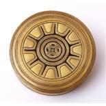 Museumsreplik, 19.Jhdt. Gürtelschließe in Form eines Behälters. Ziselierte Bronze.    Aufrufpreis:
