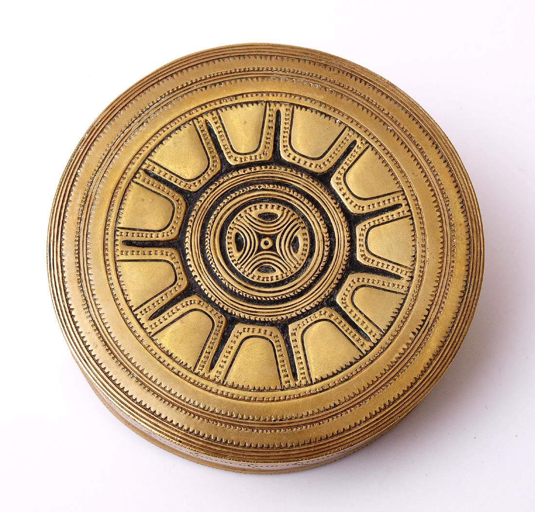 Los 4 - Museumsreplik, 19.Jhdt. Gürtelschließe in Form eines Behälters. Ziselierte Bronze.    Aufrufpreis:
