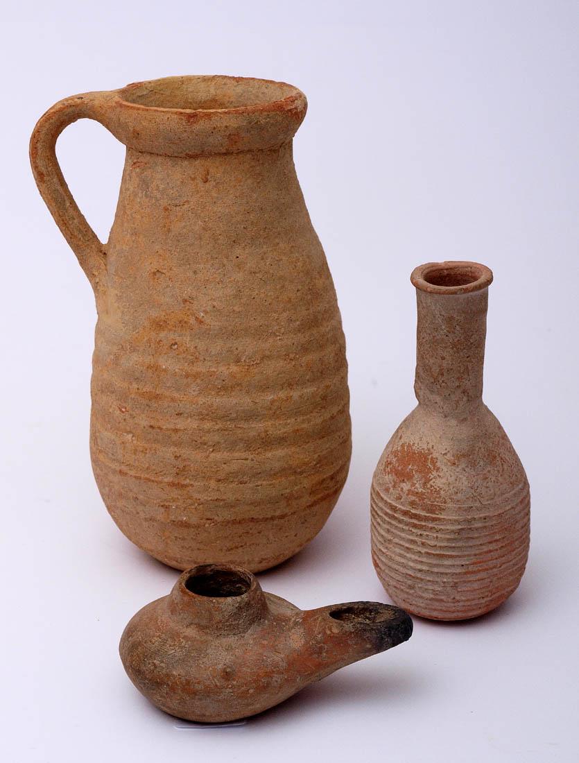 Los 58 - Drei Tongefäße, wohl ägyptisch, 3.Jhdt. v.Chr. Phiole mit umlaufenden Ringen (H.11cm), Henkelkanne
