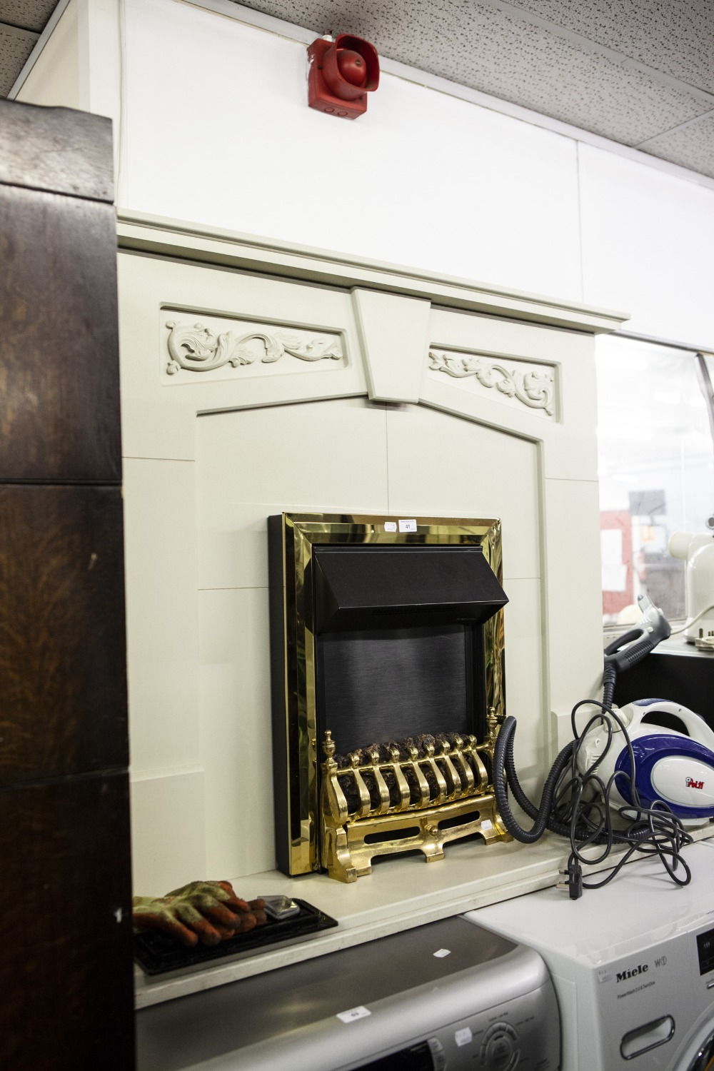Lot 41 - A FREE STANDING GREY FINISH FIRE SURROUND FITTED WITH A COAL EFFECT ELECTRIC FIRE