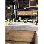"""Comptoir de service dessus marbre a/ display en vitre 49"""" x29"""" a/ trou pour fils"""